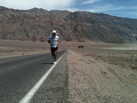 Carlos Alberto Gomes De Sa biegnie po zwycięstwo w Badwater Ultramarathon (fot. carlos-sa.com)