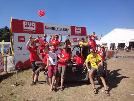 Ekipa Polish Outdoor Group przed bramą wejściową do Himalayan Camp 2013