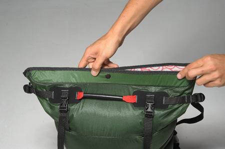 bd7fa583b1a87 System zamykania roll-top obsługiwany jedna ręką nawet w zimowej łapawicy.  Plecak waży 760 g, wykonany jest z tkaniny Corudra 500. Ma 42 l pojemności.