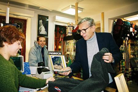 Andrzej Zawada robi zakupy podczas otwarcia sklepu Skalnik przy ul. Ładnej - 1999 rok (fot. Skalnik)