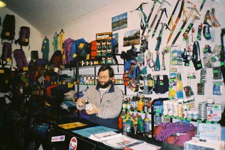 Włodzimierz Szczęsny w sklepie przy ul. Bogusławskiego (fot. Skalnik)
