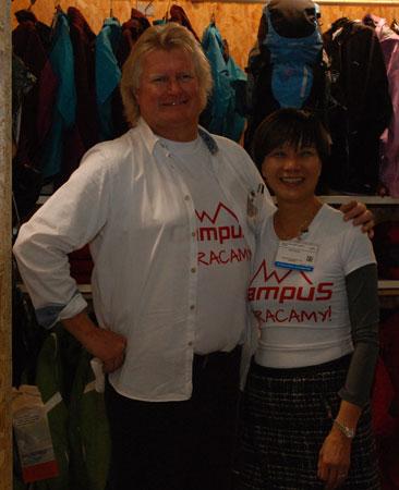 Tim Roberts oraz przedstawicielka firmy Winsport z Hongkongu na Targach Kielce Sport-Zima 2014 (fot. 4outdoor)