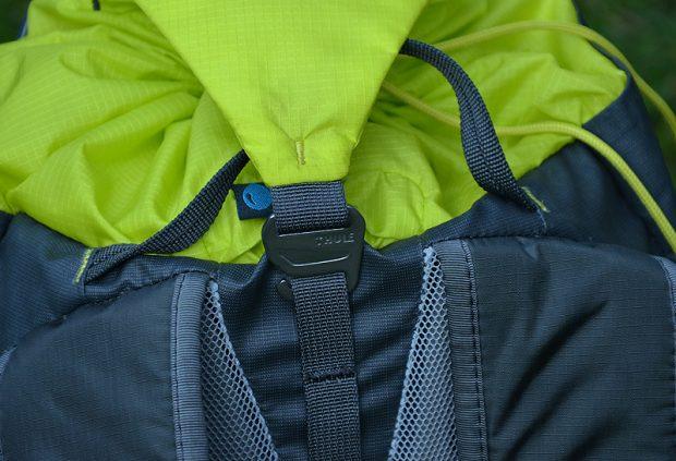 i zapinamy metalowym haczykiem o tasiemkę wszytą z tyłu plecaka