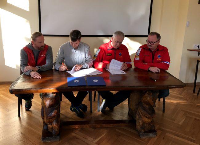 Podpisanie umowy (od lewej): Grzegorz Hajny (SALEWA Manager/OberAlp Polska), Jacek Grzędzielski (Dyrektor OberAlp Polska), Jan Łuszczewski (Prezes Zarządu Głównego GOPR), Jacek Dębicki (Naczelnik GOPR) (fot. arch OberAlp Polska)