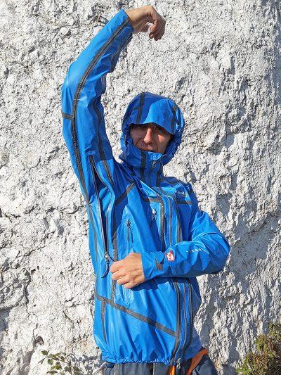 Projektanci wyposażyli kurtkę w dwa, dość duże otwory wentylacyjne (zapinanie na laminowany zamek) (fot. wspinanie.pl)